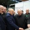 М.В. Егоров показывает руководству Минсельхоза РФ экспозицию овцеводства